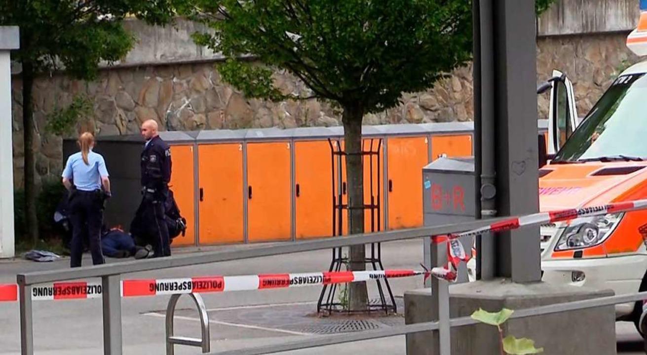 Polizisten stehen am Stadtbahnhof Iser...sind zwei Menschen ums Leben gekommen.  | Foto: Frank Bauermann (dpa)