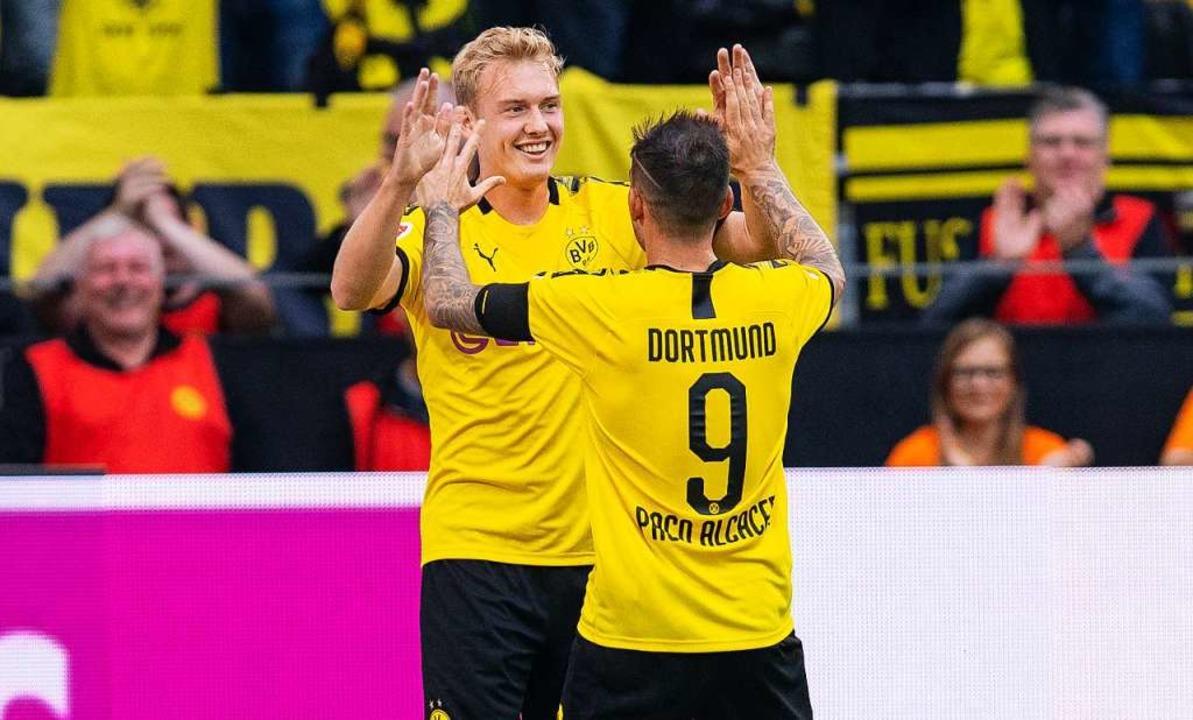 Beste Laune in Dortmund – mit 5:1 gewinnen die Borussen ihr Auftaktspiel.  | Foto: Guido Kirchner (dpa)
