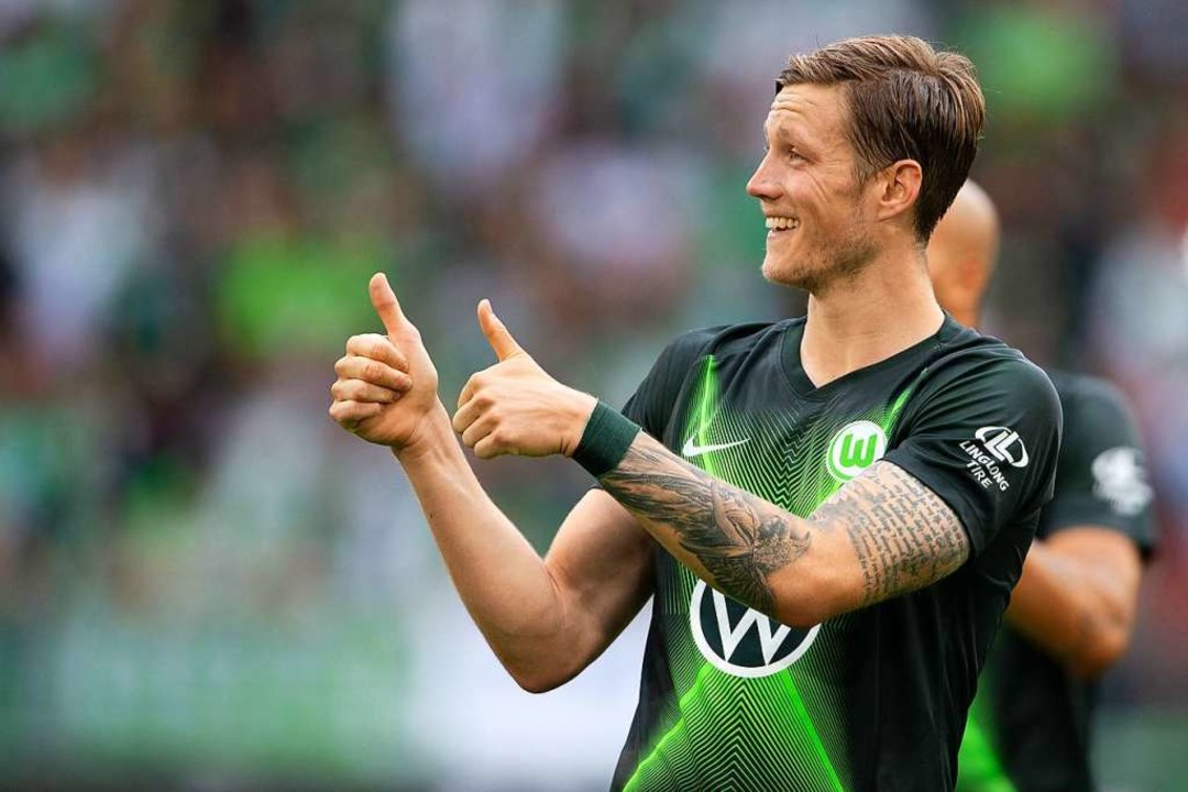 Daumen hoch in der Autostadt Wolfsburg: Der VfL besiegt Aufsteiger Köln.  | Foto: Swen Pförtner (dpa)