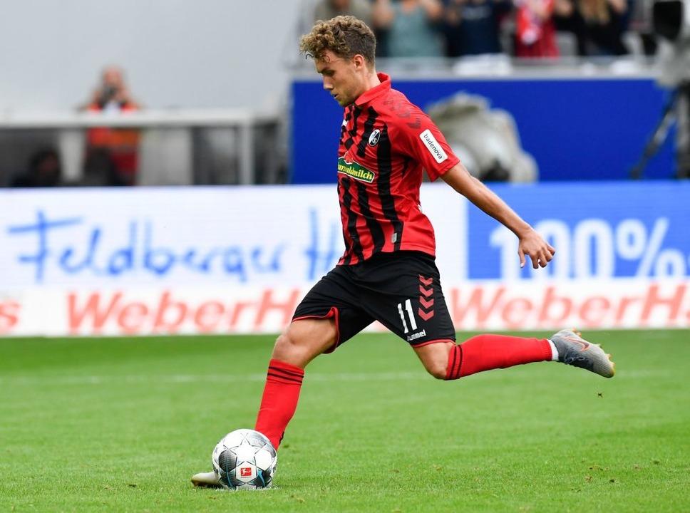 Luca Waldschmidt setzt mit seinem verwandelten Elfmeter den Schlusspunkt.  | Foto: THOMAS KIENZLE (AFP)