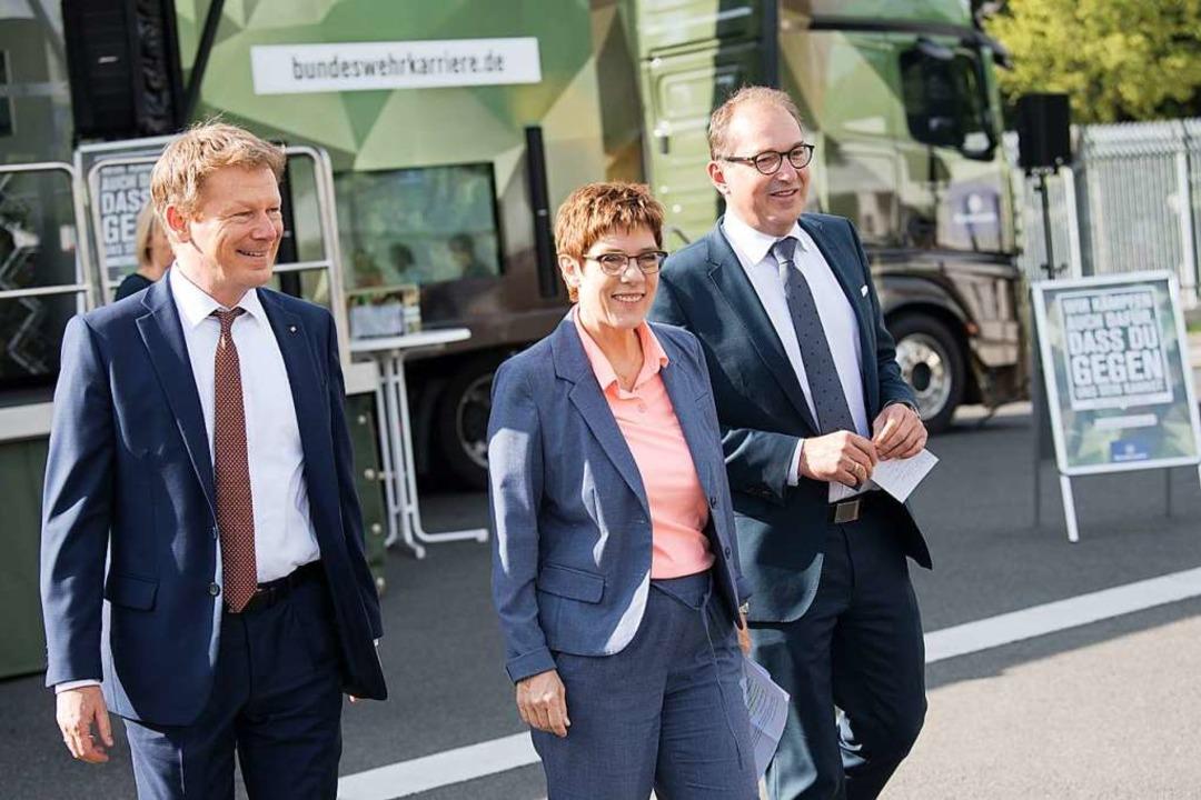 Richard Lutz (links), Vorstandsvorsitz...los in Uniform die Bahn nutzen können.  | Foto: Jörg Carstensen (dpa)