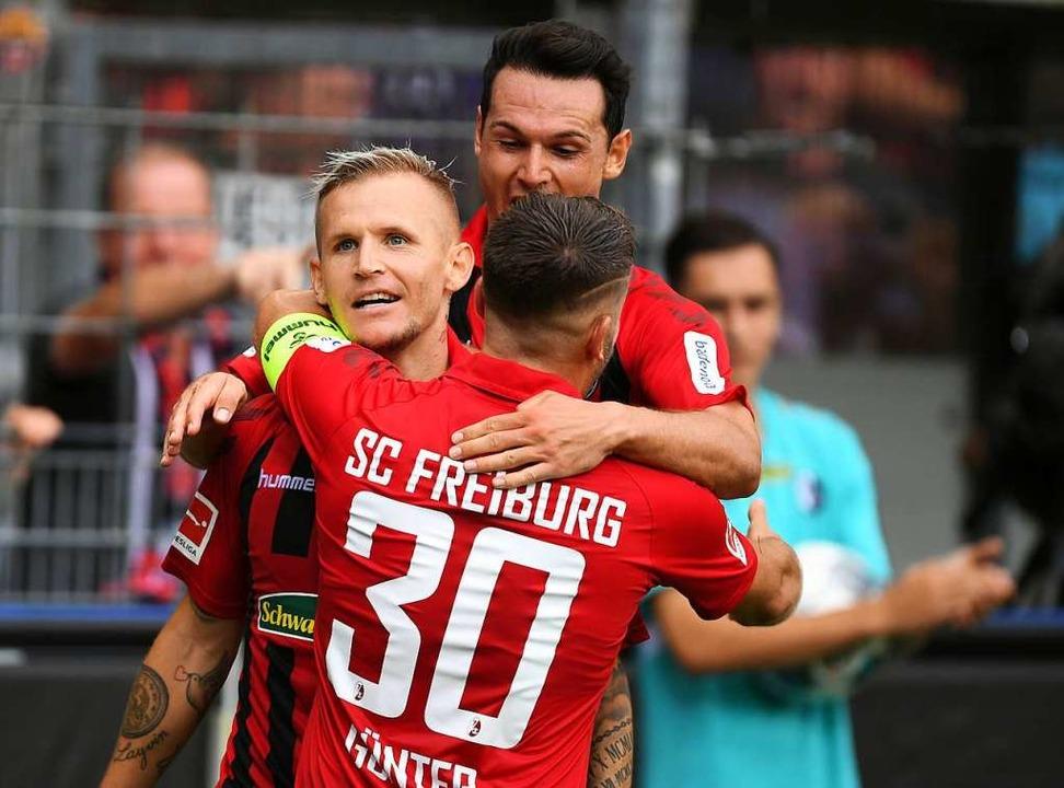 Jonathan Schmid, Christian Günter und ...zum Sieg im Schwarzwaldstadion führen.  | Foto: Patrick Seeger (dpa)