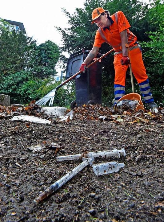 Etwa 500 Spritzen sammelt Stephan von der Stadtreinigung jeden Tag ein.    Foto: Michael Bamberger