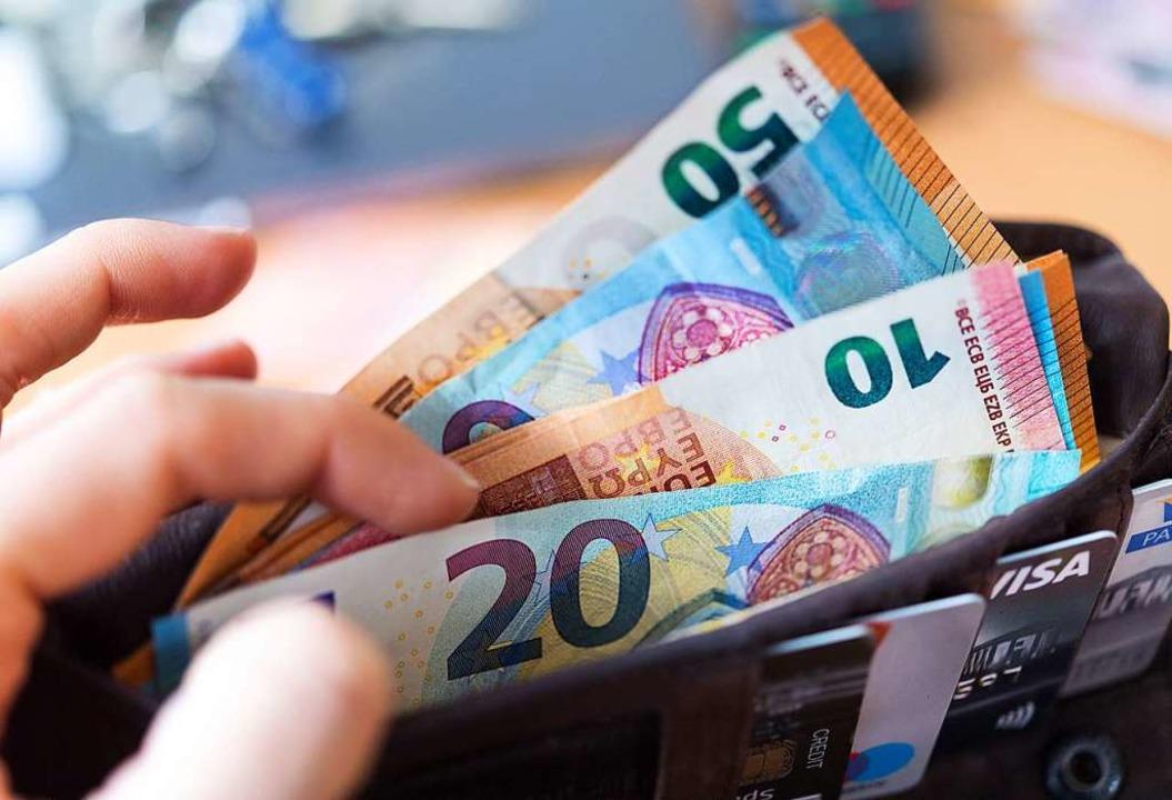 Bald ein seltener Anblick? Geldnoten in einer Brieftasche.  | Foto: Monika Skolimowska (dpa)