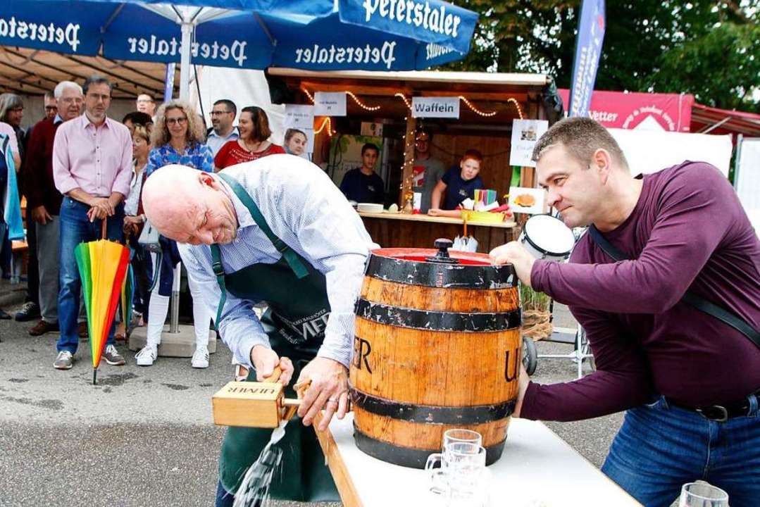 Kurt Schwendemann zapft das von der Ve...chaft gestiftete Freibier-Fässchen an.  | Foto: Heidi Fößel