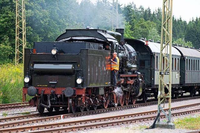 Dampfloks und Oldtimer beim Bahnhofsfest in Seebrugg
