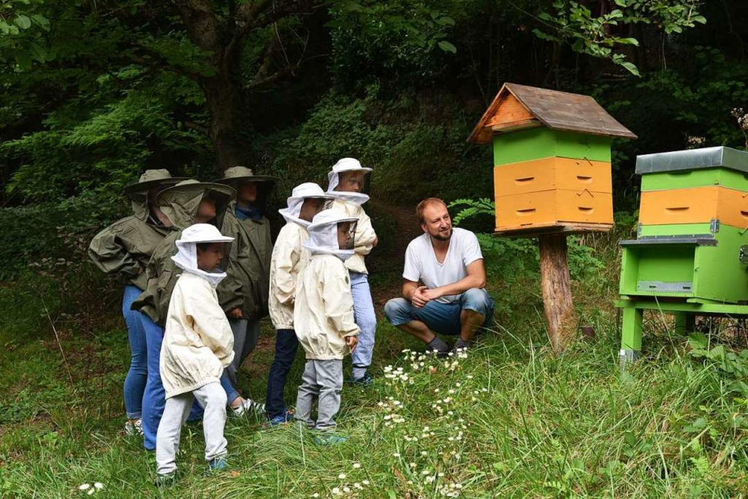 Remo Trenkler erzählt kindgerecht über das Leben seiner Bienen.  | Foto: Martin Eckert