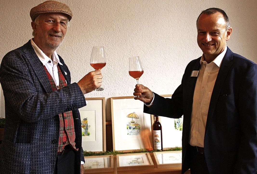 """Der Cartoonist Peter Gaymann (links)  ...n zum """"Leo-Wein-Etikett"""".     Foto: Christiane Franz"""