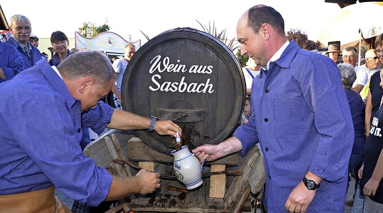 Fassanstich mit Bürgermeister Jürgen S...inks)  und Kellermeister Werner Giener    Foto: Roland Vitt