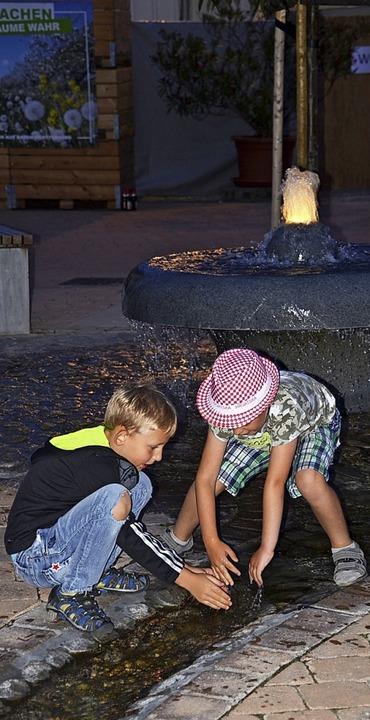 Abkühlung gab es am Brunnen.    Foto: Roland Vitt