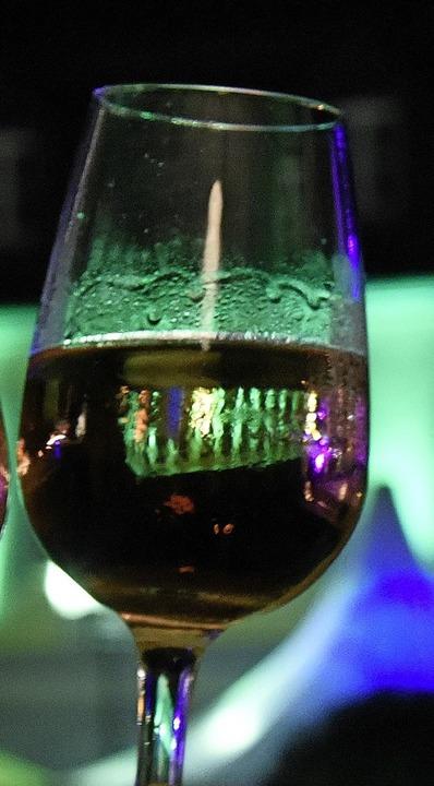 Erste Amtshandlung: Die neue Weinprinz...gte für Spiegellichter im Glas (oben).  | Foto: Markus Zimmermann
