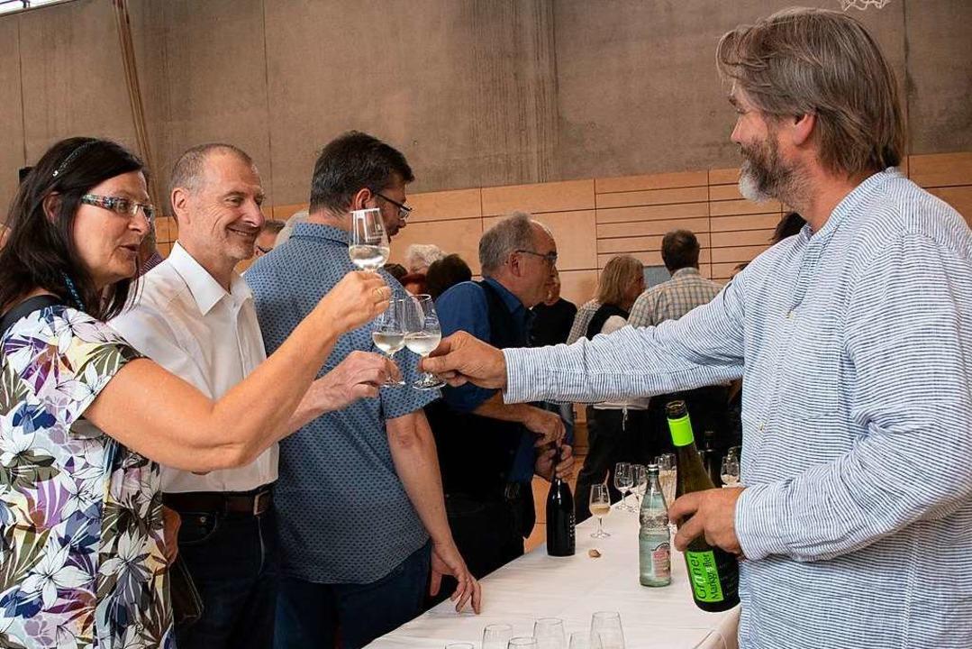 Das erste Gläschen aufs Laufener Weinf...in der neuen Altenberghalle stattfand.  | Foto: Volker Münch