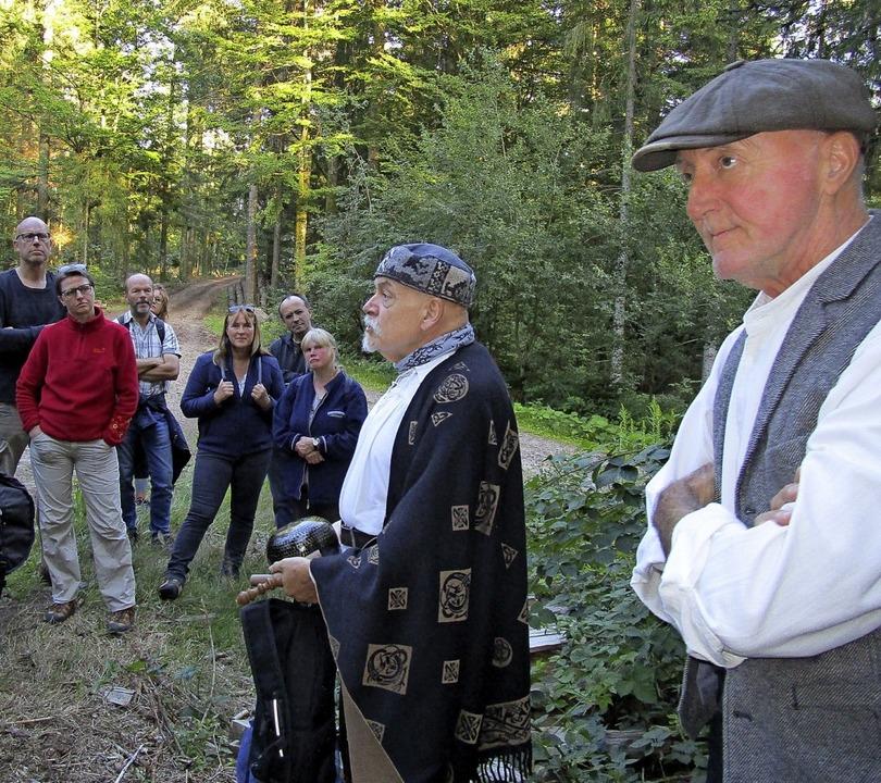 Roland Kroell (Mitte) und Wanderführer Bernd Kühnel (rechts)  | Foto: Renate Griesser