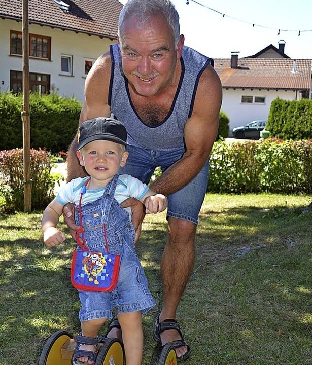 Wenn der Opa hilft, klappt's    Foto: Liane Schilling