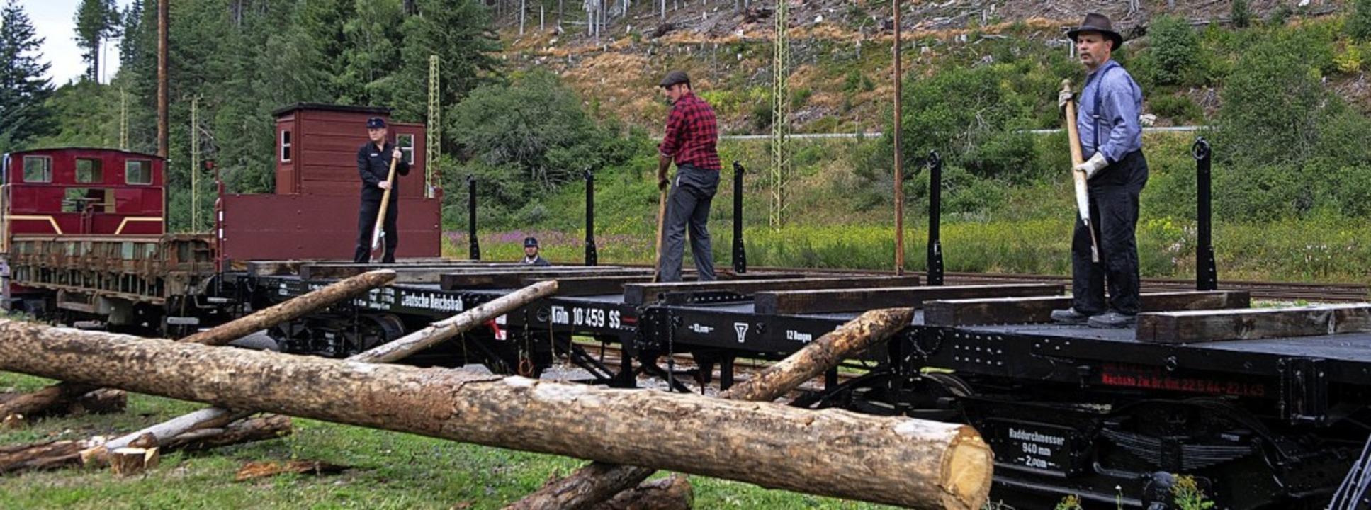 Mit Handarbeit wurde früher das Holz abgeladen.  | Foto: Wolfgang Scheu