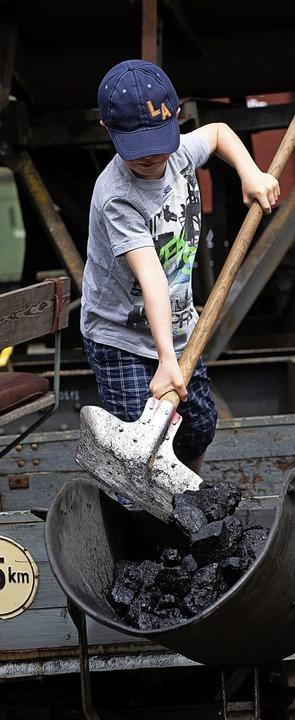 Kohlen laden ist Schwerarbeit.  | Foto: Wolfgang Scheu