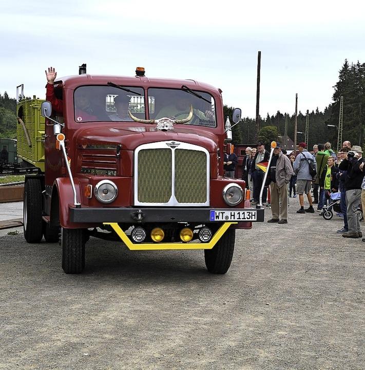 Ein alter Lastwagen wird von Zuschauern bestaunt.  | Foto: Wolfgang Scheu