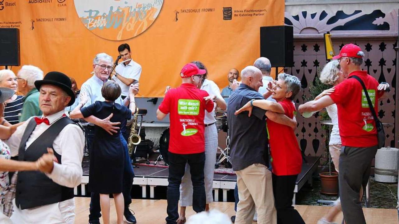 Die roten T-Shirts und Kappen sind nic...füllen die Tanzflächen vor den Bühnen.    Foto: Katharina Kubon