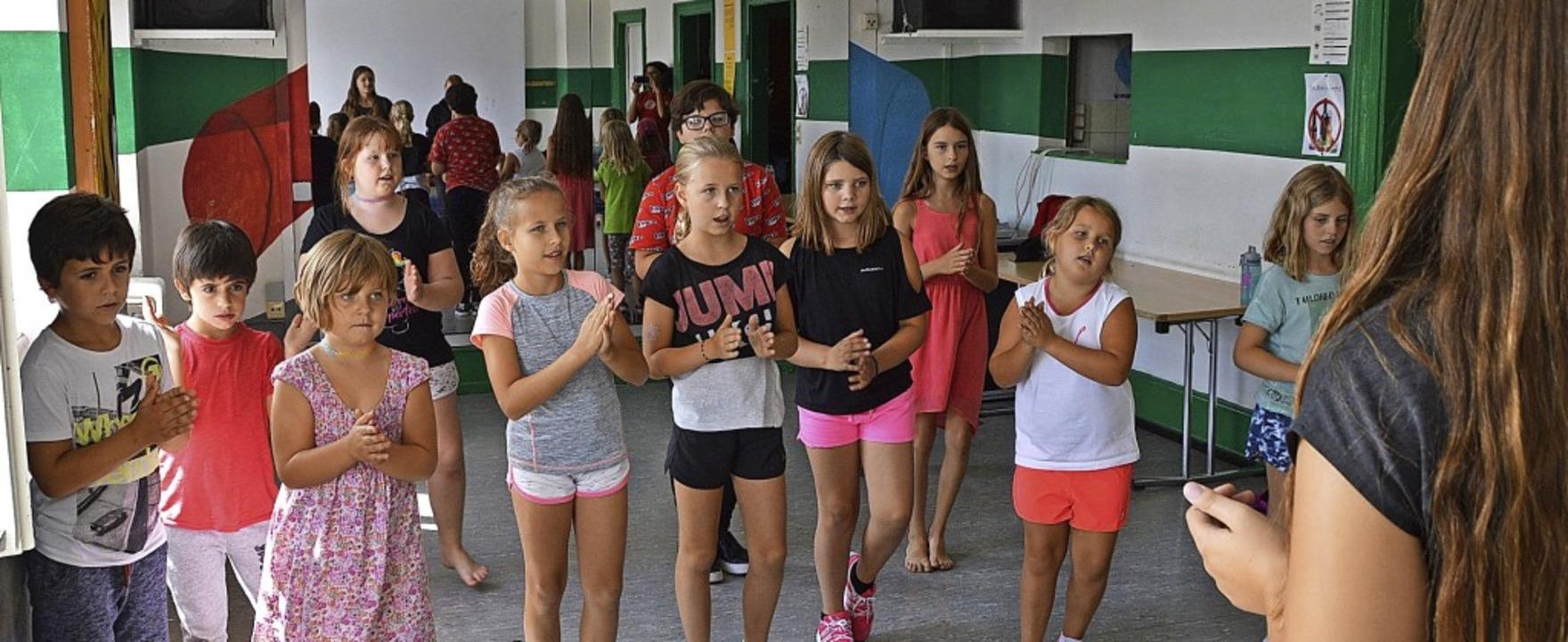Zusammen mit Diplom-Schauspielerin Pet... üben die Kids die Choreographie ein.   | Foto: Horatio Gollin