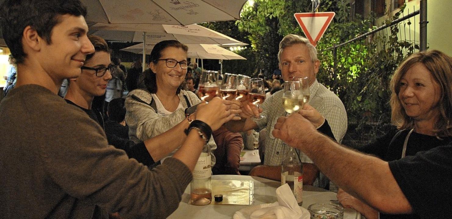 Und Prost! Essen und Trinken in netter...chöner Atmosphäre machen einfach Spaß.  | Foto: Ralph Fautz