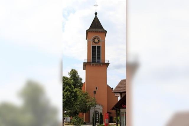 Radler radeln von Kirche zu Kirche