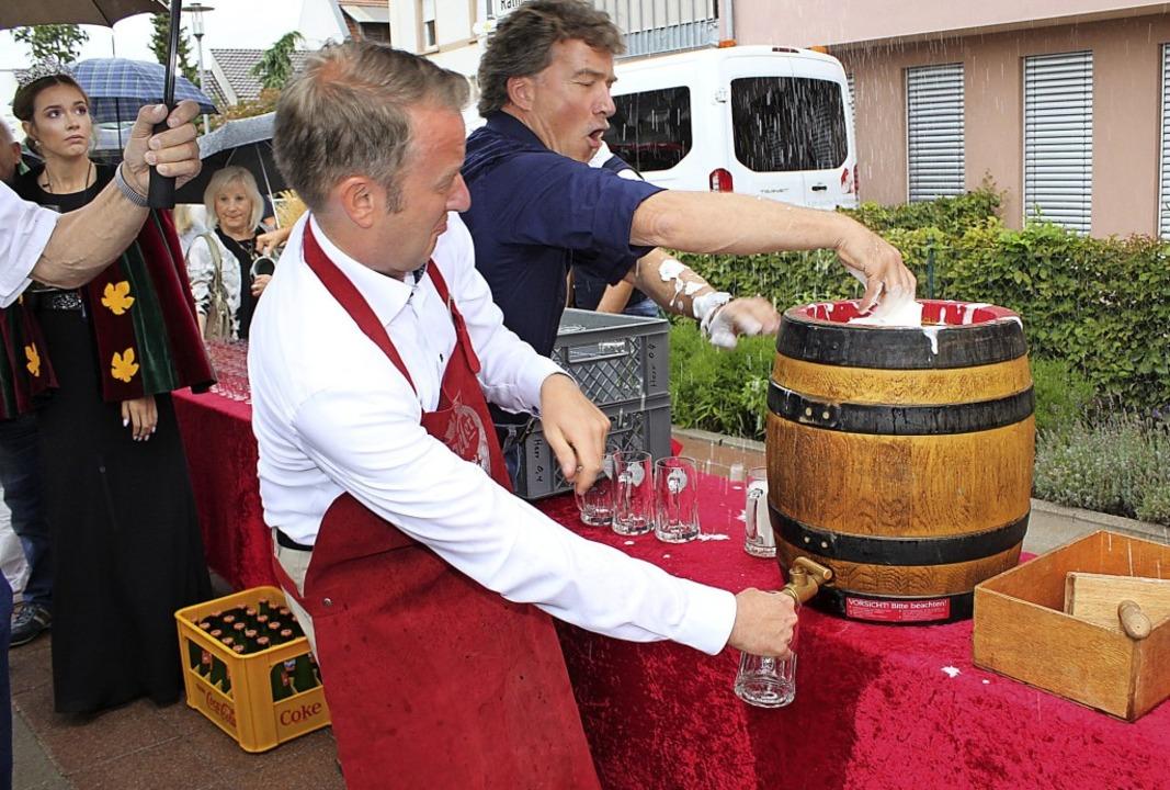 Der Zapfhahn sitzt, doch Bürgermeister...gin Ann-Kathrin kritisch die Szenerie.    Foto: Adelbert Mutz