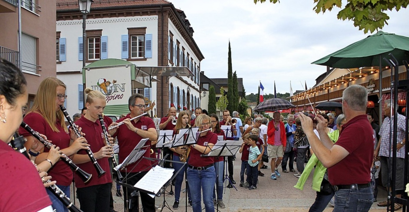 Der Musikverein spielte schon zur Eröffnung vor großem Publikum.    Foto: Adelbret Mutz