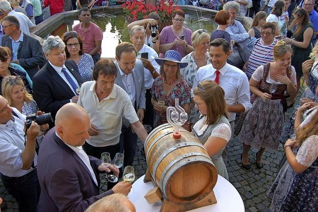 Lahrer Weinprinzessin schenkt in Emmendingen aus