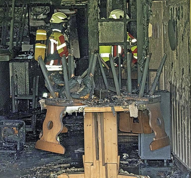 Feuerwehrleute unter Atemschutz – hier war nichts mehr zu retten.    Foto: Helmut Rothermel
