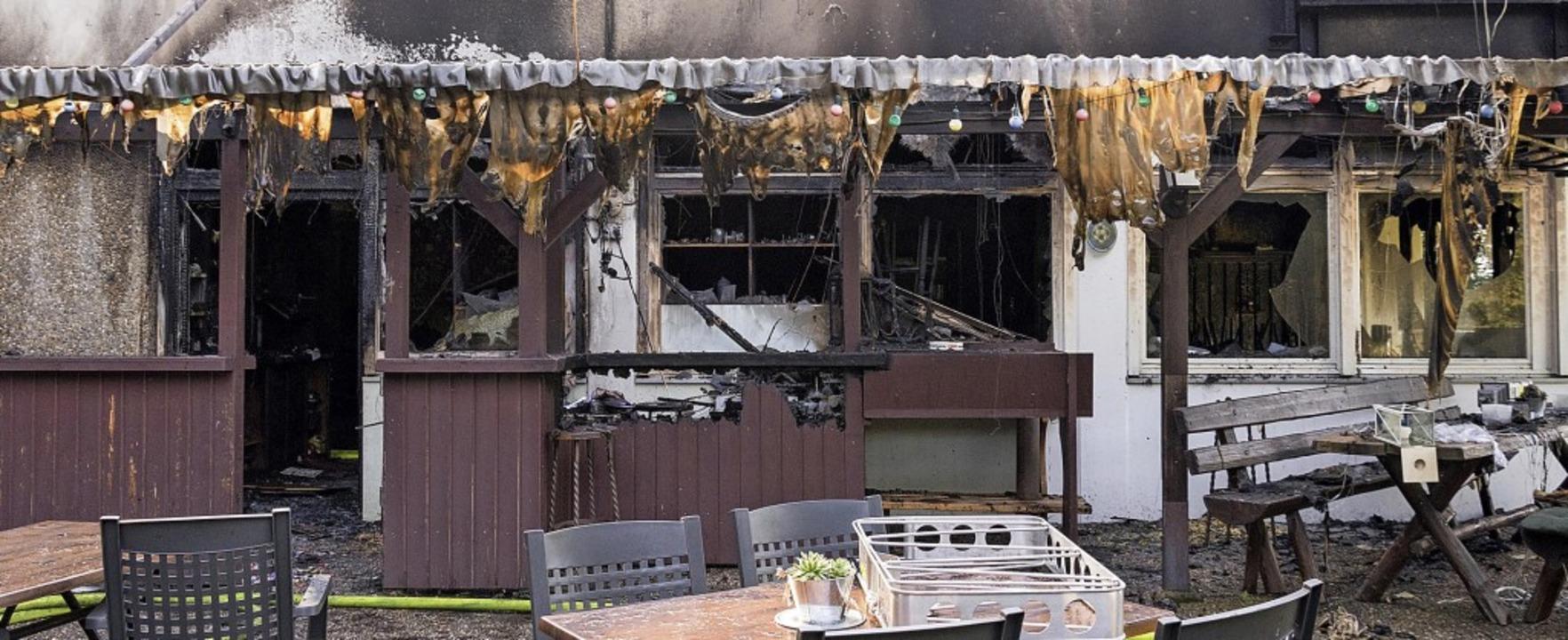 Von den Flammen zerstört: die Gaststät...nd geriet, ist bislang nicht geklärt.     Foto: Helmut Rothermel
