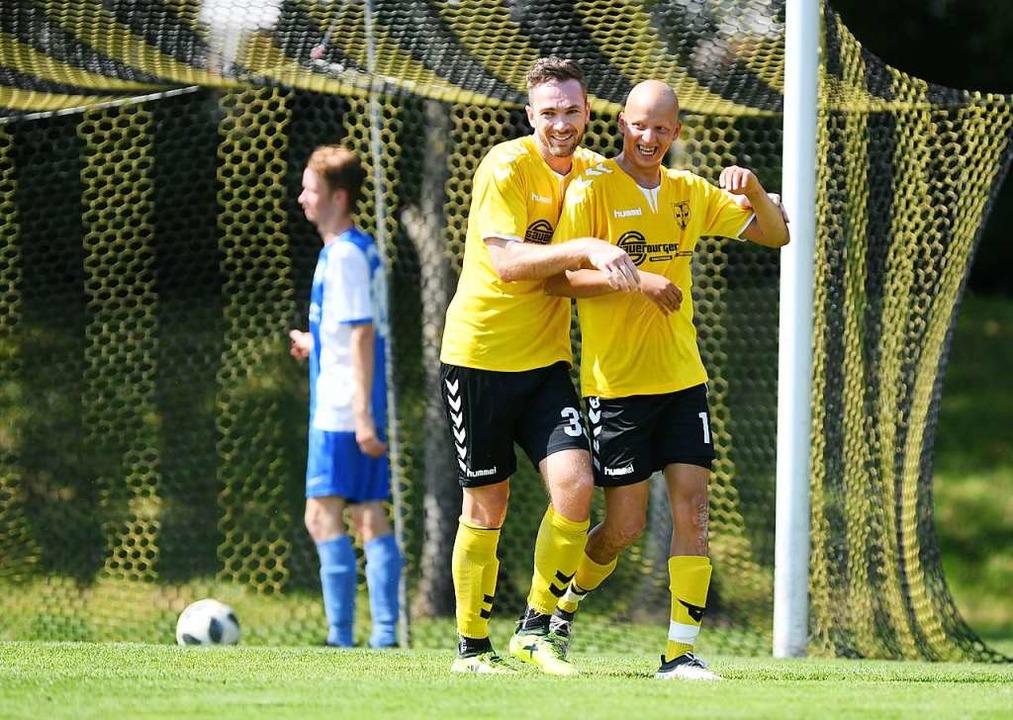 Ahmet Heffaoui (rechts) bejubelt sein 2:0 für Wasenweiler.  | Foto: Patrick Seeger