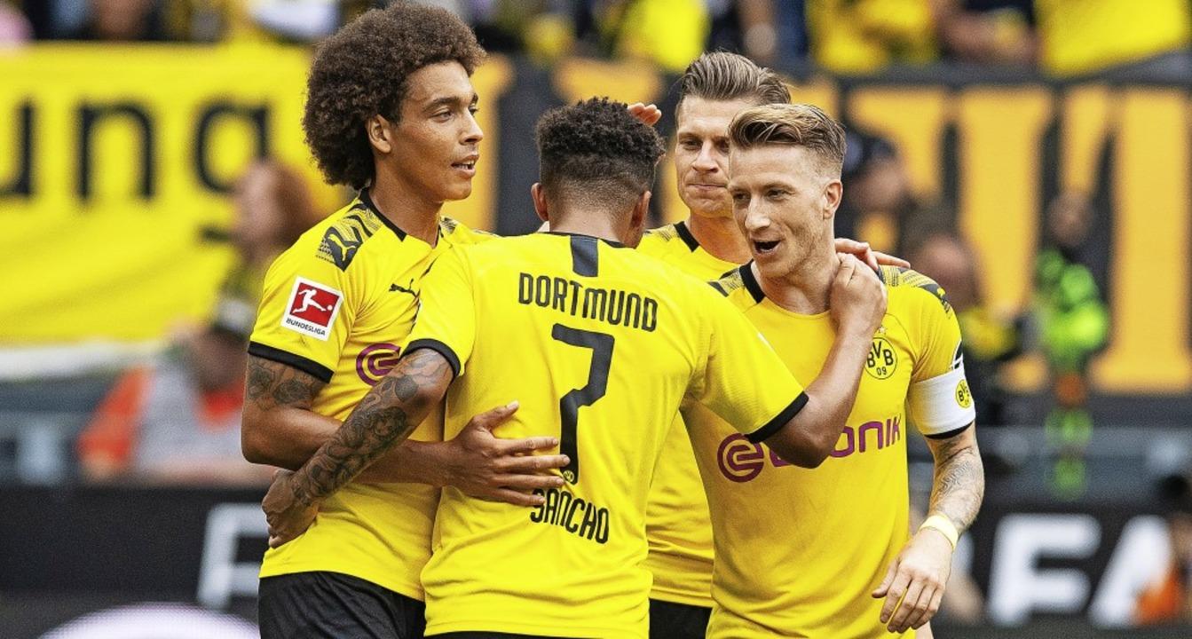 Marco Reus  bejubelt das 3:1 mit Lukas... Axel Witsel (von rechts nach links).     Foto: Guido Kirchner (dpa)