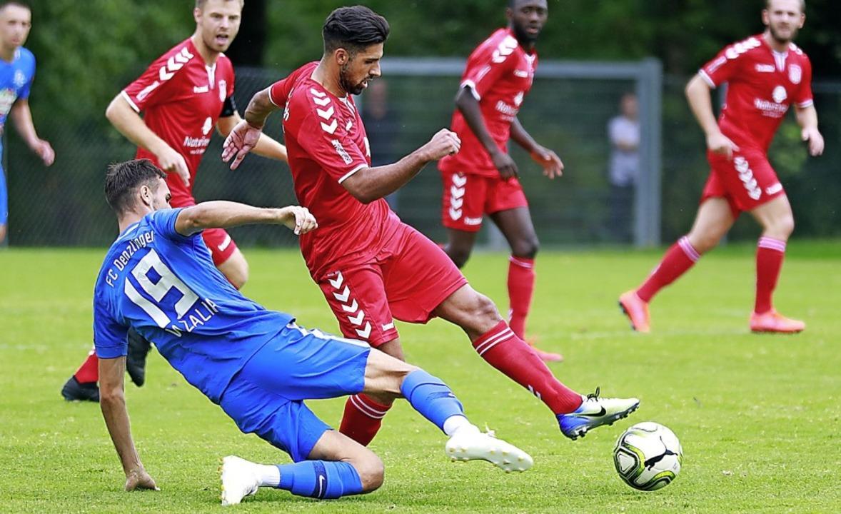 Wissam Kassem (am Ball, gegen Anes Vra...els Kunstschuss für sich beanspruchen.  | Foto: Niklas Schöchlin