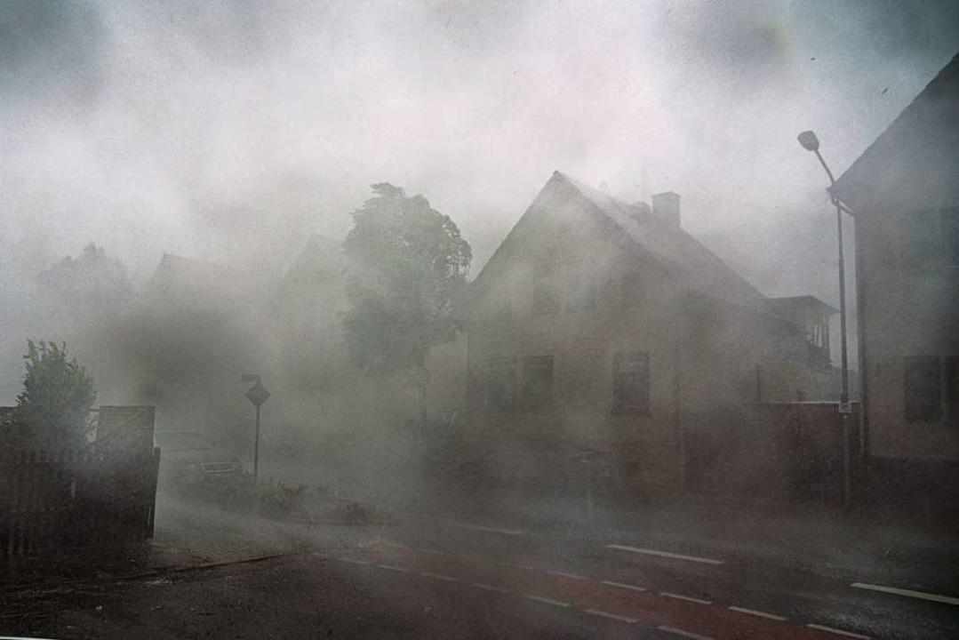 Nebel, Hagel, Starkregen – das s...he Langen inmitten des Gewittersturms.  | Foto: Frank Rumpenhorst (dpa)