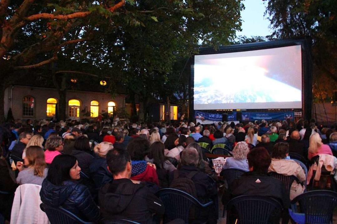 Das Open Air Kino im Stadtpark bestich...dabei für ein besonderes Kinoerlebnis.    Foto: Monika Weber