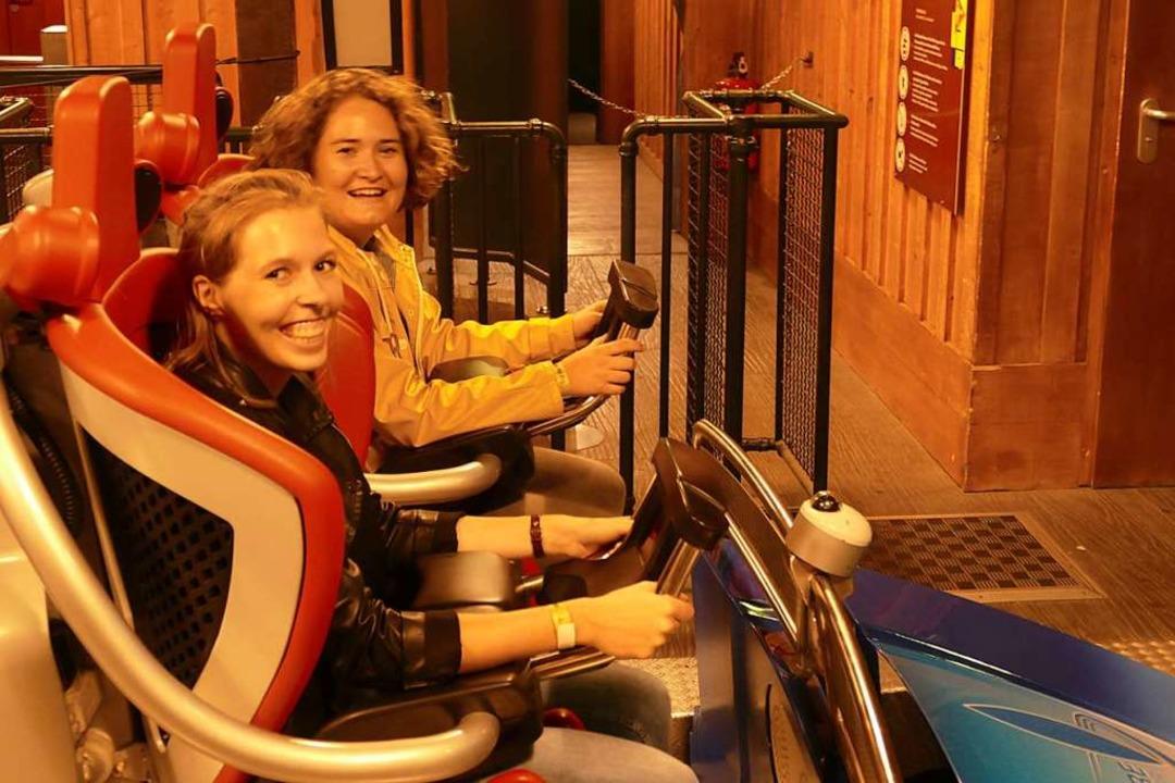 Tamara Keller (rechts)  hielt durch und schaffte zehn Fahrten mit der Blue Fire.    Foto: Klaus Fischer