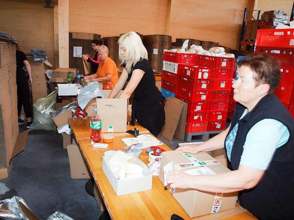 Euvinum-Mitarbeiterinnen verpacken vor...tung zum originalgetreuen Fertiggaren.  | Foto: Michael Haberer