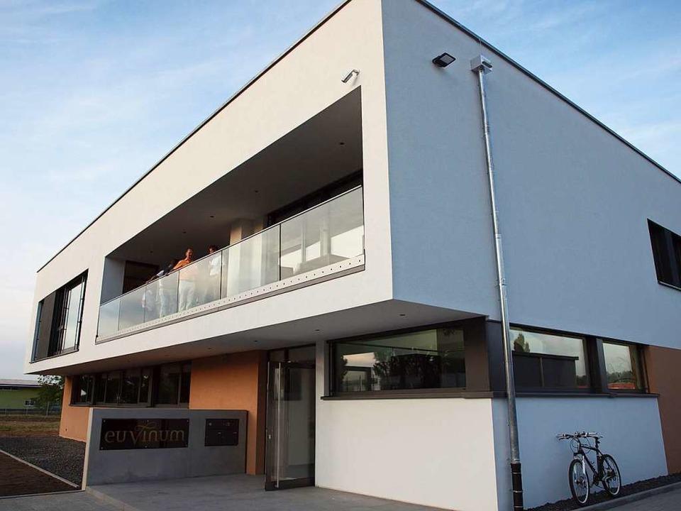 Zeichen des Wachstums: Die gerade eingeweihte Euvinum-Zentrale in Herbolzheim  | Foto: Michael Haberer