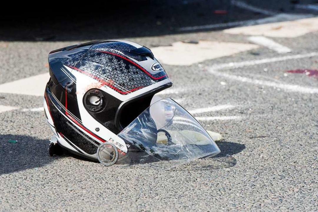 Der Fahrer wurde über die Leitplanke g...were Beinverletzungen zu (Symbolbild).  | Foto: Julian Stratenschulte