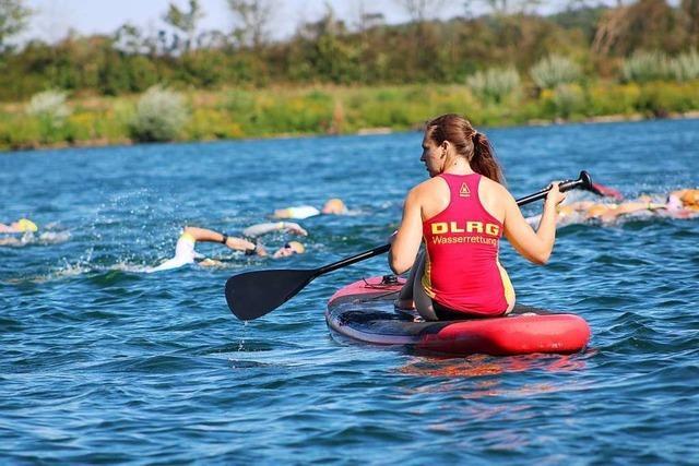 DLRG-Retter sorgen beim Breisgau-Triathlon für Sicherheit der Sportler