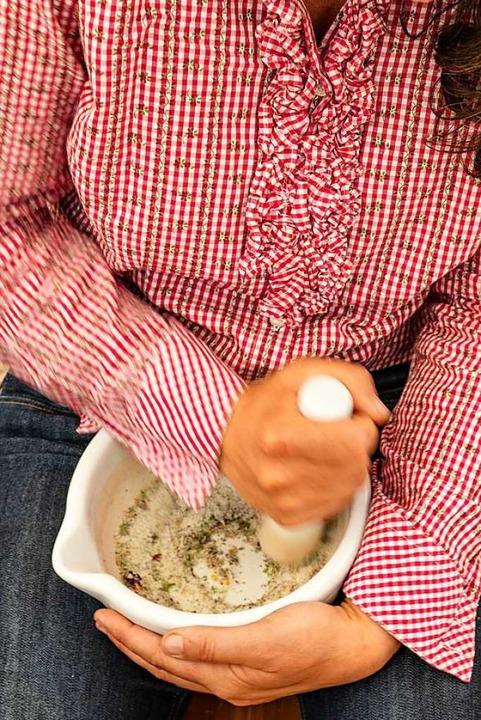 Verarbeitet werden Kräuter frisch vor Ort.  | Foto: Hubert Gemmert