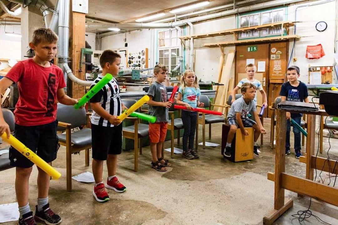 Die Kinder imitieren eine Klangmaschine.    Foto: Gabriele Zahn