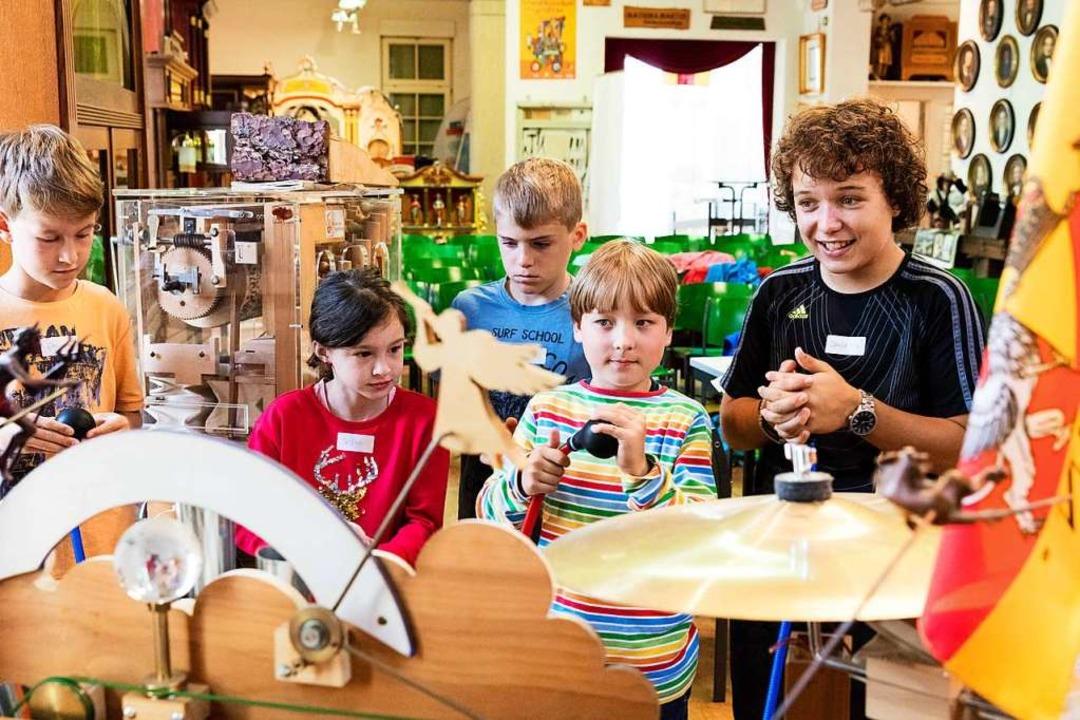 Begeistert bedienen die Kinder die Karakuri-Orgel.    Foto: Gabriele Zahn