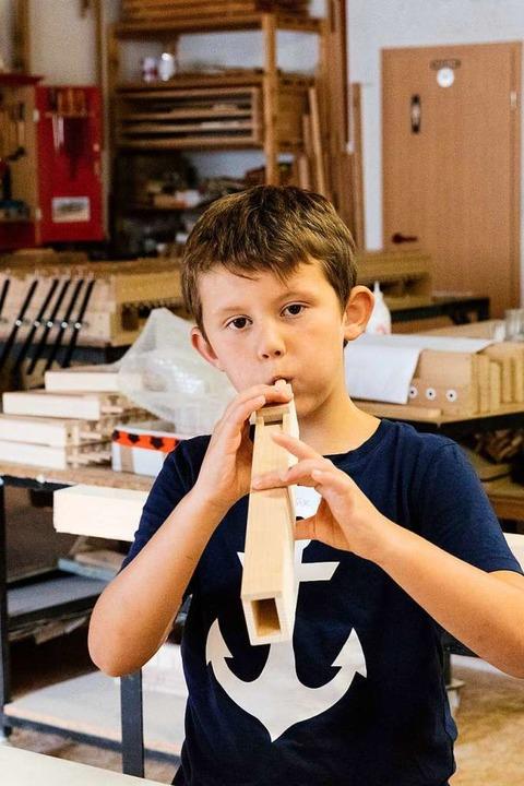 Ein Kind testet, ob die Orgelpfeife funktioniert.    Foto: Gabriele Zahn
