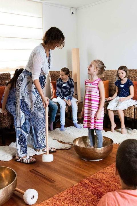 Fasziniert spürten die Kinder den Schwingungen der Klangschale nach.    Foto: Gabriele Zahn