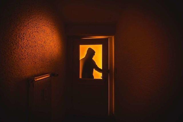 Einbrecher versteckt sich in einer Hecke