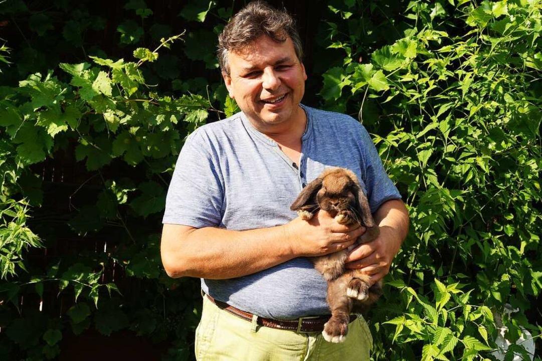 Peter Wunderle ist der Vorsitzende des...mäßig 120 Kaninchen bei sich zu Hause.    Foto: Sara Göhring