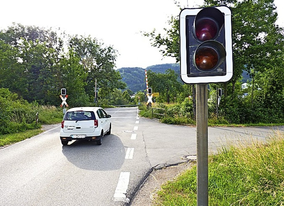Die Sanierung der Fahrbahndecke im Bereich des  Bahnübergangs ist verschoben.     Foto: Dirk Sattelberger