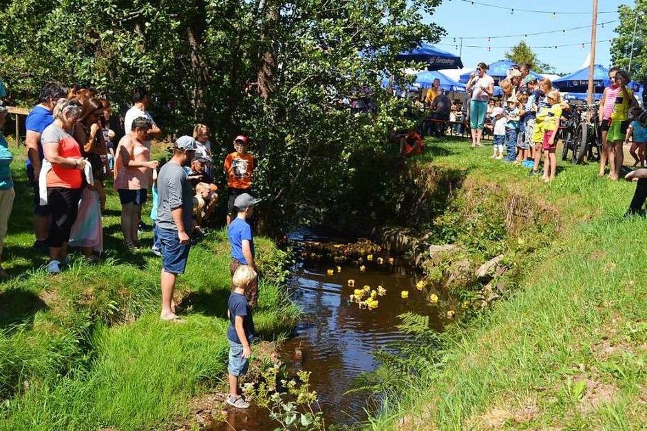 Das Entenrennen wird begeistert verfolgt (Foto: Liane Schilling)