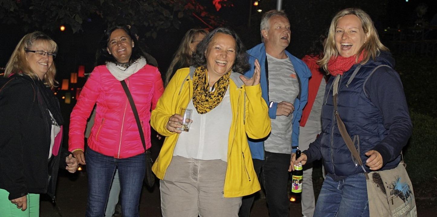 Einen lockeren Tanz wagten diese Gäste bei der Open Air Disco beim Lichterfest.  | Foto: Andreas Böhm